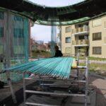 Die ca. 1000 patinierten Kupferröhren des Stangenvorhanges liegen zur Montage bereit