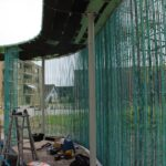 Die im Dach manuell eingepassten schwarzen Glasschaumwürfel - über 500 Stück - werden später unter ebenso vielen - und ebenso manuell angepassten - Kupfersparren verschwinden.